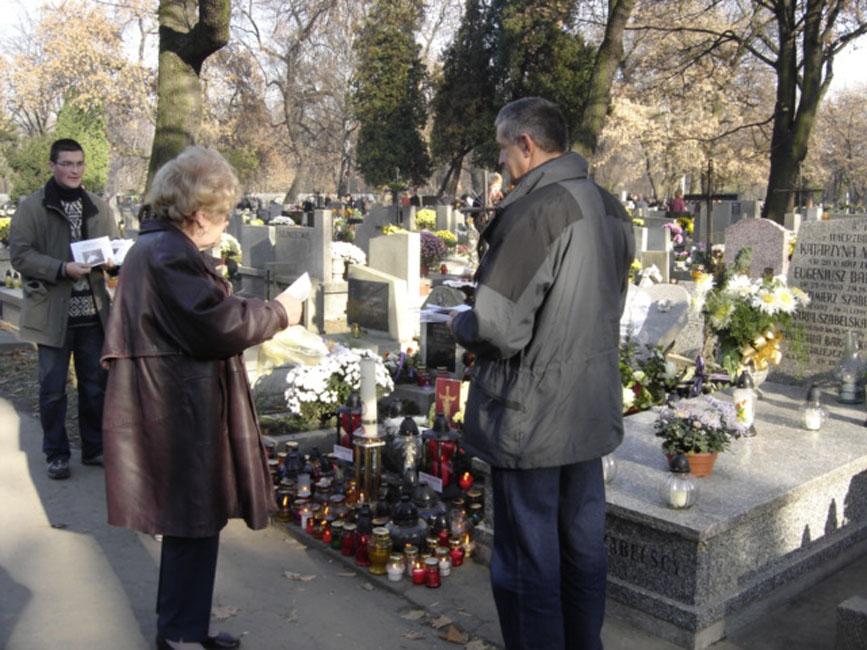 Przeglądasz zdjęcia z galerii: Przy grobie S.B. Rozalii Celakówny, 1 listopada 2005 roku