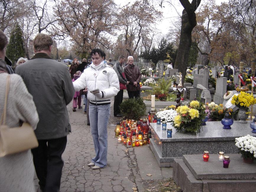 Przeglądasz zdjęcia z galerii: Przy grobie S.B. Rozalii Celakówny, 1 listopada 2006 r.